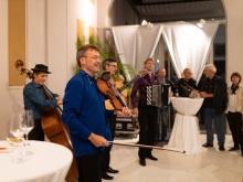 Mario Korunic und seine Band Gitanes Blondes rundeten das Sommerfest schwungvoll ab .  © Florian Ganslmeier