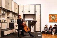 """Maximilian Hornung mit Dieter Ammanns Piece For Cello (1994 rev. 1998) in der Ausstellung """"Koloman Moser, Universalkünstler zwischen Gustav Klimt und Josef Hoffmann""""   © Florian Ganslmeier"""