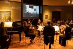 """Nina Takai (Violine), Kelvin Hawthorne (Viola), Bridget MacRae (Violoncello), Judith Hoffmann-Meltzer (Flöte), Stefan Schneider (Klarinette), Kärt Ruubel (Klavier) mit Hanns Eislers """"14 Arten, den Regen zu beschreiben op.70"""" (1941). Die Musik entstand zu dem Film """"Regen"""" (1921) von Joris Ivens © Florian Ganslmeier"""