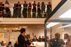"""David Schreiber (Viola), Max Peter Meis (Violine) und Simona Venslovaite (Violine) in der Ausstellung """"Koloman Moser, Universalkünstler zwischen Gustav Klimt und Josef Hoffmann""""  © Florian Ganslmeier"""