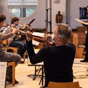 Das MKO unter Leitung von Konzertmeister Daniel Giglberger probt mit Komponist Jörg Widmann. Foto: Florian Ganslmeier