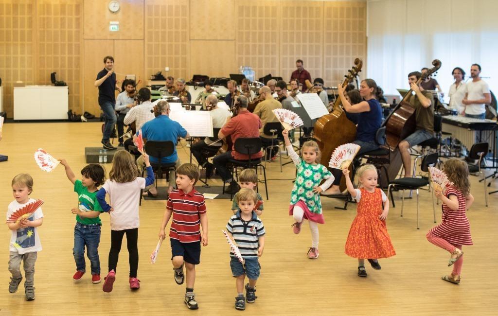 Kinder vom Kindergarten Villa Kunterbunt tanzen zu Musik aus Bizets Carmen. (Foto: Florian Ganslmeier)