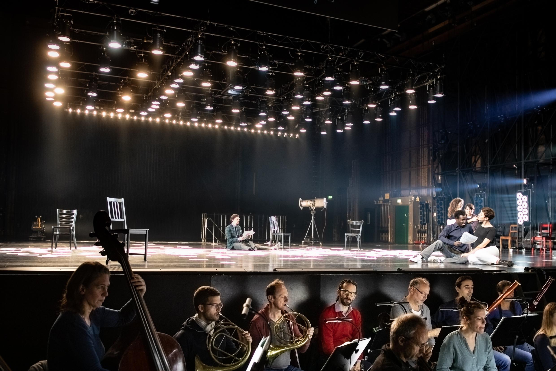 Blick aus dem Orchestergraben auf die Bühne