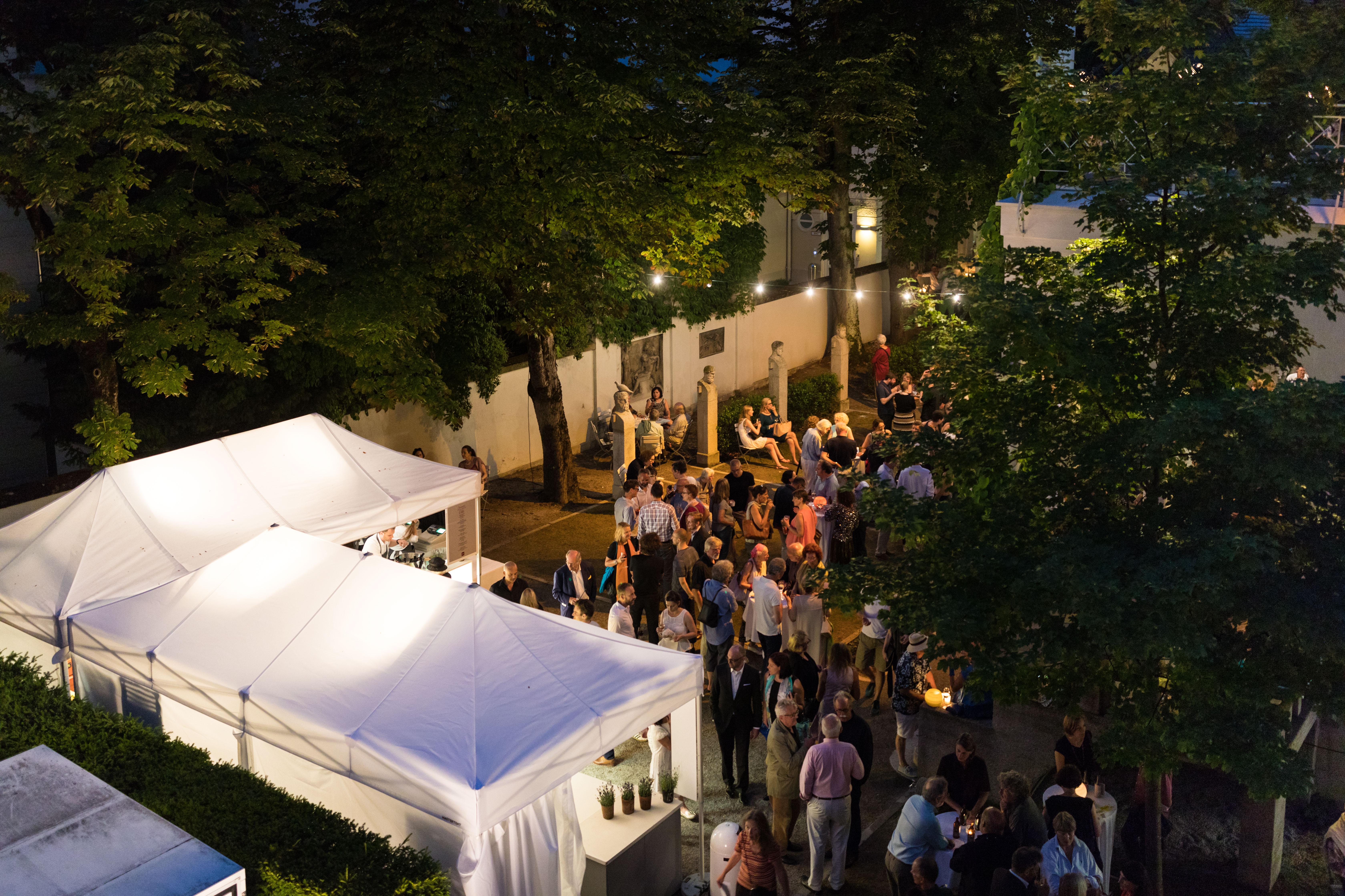 Im Garten erwarten Sie sommerliche Speisen und Getränke von Feinkost Käfer im Museum VILLA STUCK.