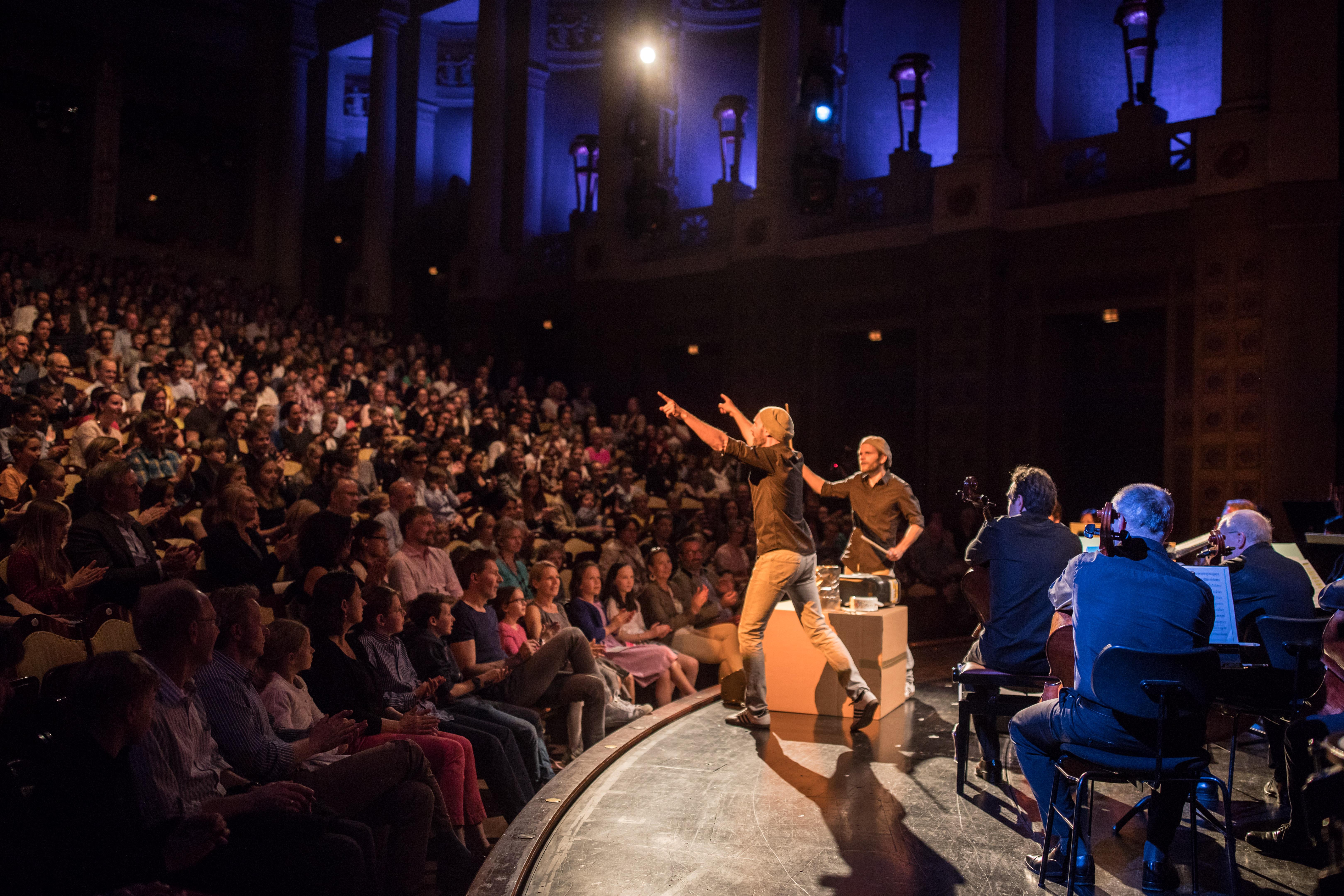 Double Drums mit Kindern auf der Bühne des Prinzregententheaters