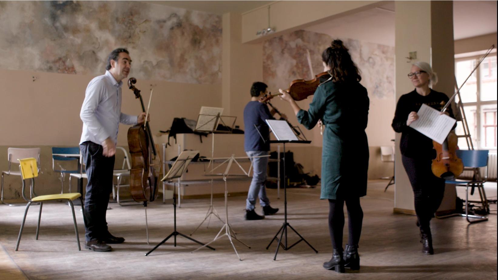 Nancy Sullivan und Mikayel Hakhnazaryan vom Münchener Kammerorchester spielen Kammermusik mit befreundeten Musikern in einer stillgelegten Bar in Berlin