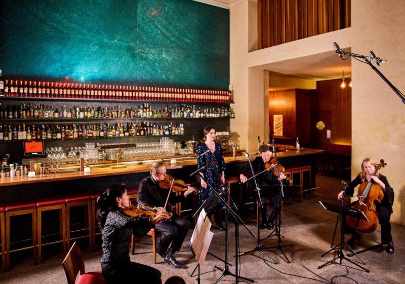 Musik des Münchener Kammerorchesters und Sopranistin Hanna-Elisabeth Müller musizieren zusammen in der Schumann's Bar