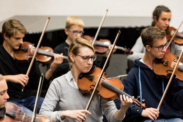 MKO- Geigerin Simona Venslovaite musiziert mit Jugendlichen aus dem PJKO
