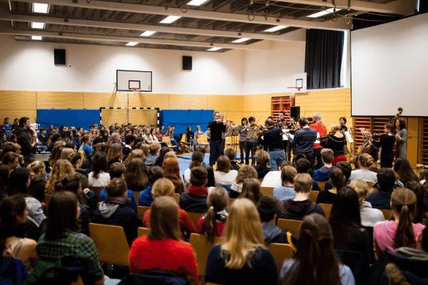 Das MKO spielt für Schüler in der Turnhalle Pestalozzi Gymnasiums