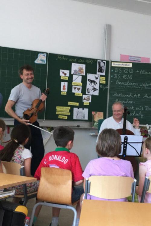 Musiker des Münchener Kammerorchesters beim Schuldbesuch