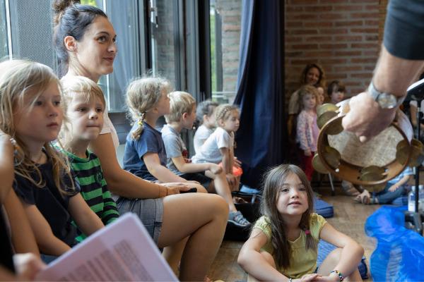 Kinder aus der Grundschule bei den Proben des Münchener Kammerorchesters